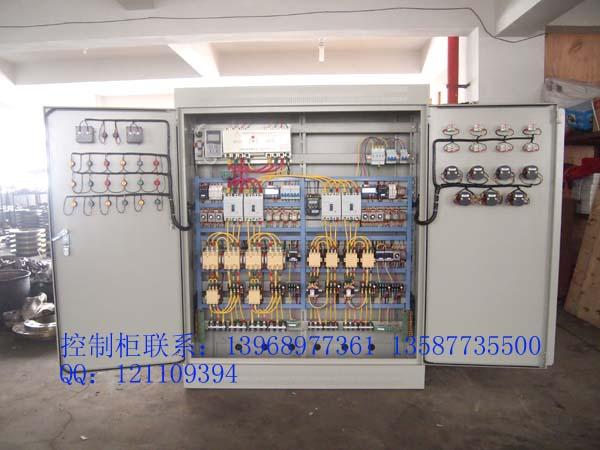 一、星三角降压启动控制柜产品概述: 水泵控制柜是充分吸收国内外水泵控制的先进经验,经过多年生产和应用,不断完善优化后,精心设计制作而成。产品具有过载、短路、缺相保护以及泵体漏水,电机超温及漏电等多种保护功能及齐全的状态显示,并具备单泵及多泵控制工作模式,多种主备泵切换方式及各类起动方式。可广泛适用于工农业生产及各类建筑的给水、排水、消防、喷淋管网增压以及暖通空调冷热水循环等多种场合的自动控制。水泵控制柜内在质量优良,外形美观耐用,安装操作方便,是各类水泵安全可靠的伴侣。 二、星三角降压启动控制柜产品特点: