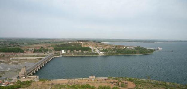 """今年,峡山水库共进了2千万立方水,但每天出水量却接近百万立方,如果再没有有效降水,这种入不敷出的局面只能维持到明年3月。峡山水库管理局防办副主任徐海波说:""""往年水库蓄水主要集中在汛期,今年以来水库上游比较干旱,水库来水量较少。""""到现在为止,整个潍坊城市水资源缺口已经接近4亿立方。      临沂的岸堤水库,是山东第三大水库,目前的有效供水只能维持60天,而淄博市162座小型水库中,已经有101座无水可用,济南、烟台也分别有32座和15座水库干涸,全省36个代表性河流监测断面中,"""